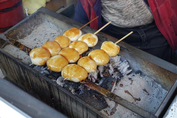 通りを歩いていると漂ってくる良い香り。「焼きまんじゅう島村」では、ひとつずつ丁寧に炭火で焼き上げ、甘辛い味噌ダレをつけた四万名物の焼きまんじゅうがいただけます。