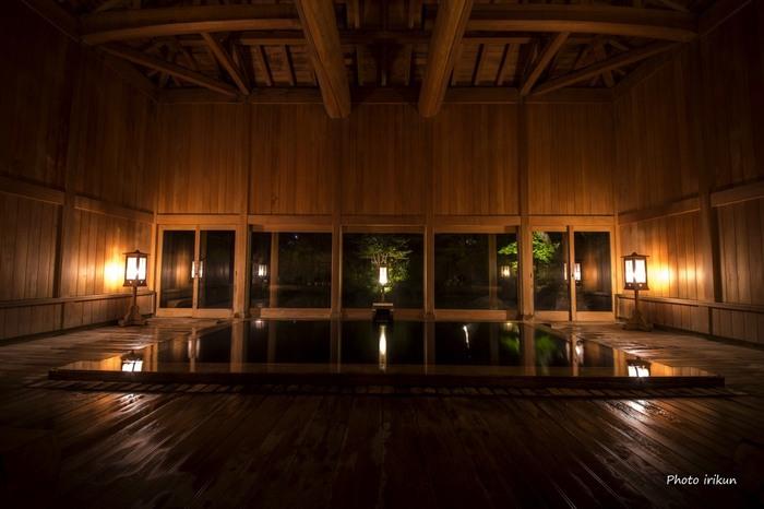 こちらは時間交代制で男湯・女湯が入れ替わる「玉城乃湯」。総檜造りで木の香りがいっぱいに広がっています。大きな窓も開放感があって、とても気持ち良いんですよ。露天風呂もあるので、ぜひこちらも入ってみてくださいね。