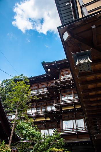 都心から約3時間ほどのところにある長野県の「渋温泉」は、豊富な湯量と泉質が魅力の温泉地。渋温泉エリアの旅館と外湯は、すべて100%源泉掛け流しなのも特徴のひとつです。源泉が複数あるため、それぞれ違う成分の温泉に入ることができますよ。