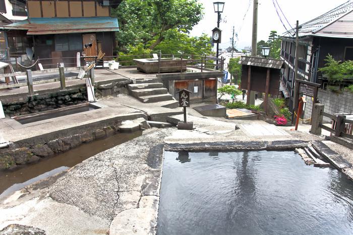 最後にご紹介するのも長野県の温泉です。日本の中で、唯一村の名前に「温泉」がついている「野沢温泉」。首都圏から車で3時間半ほどのところにあります。温泉街には、13の外湯があり、場所によって源泉が異なるのでお湯の温度や濁り具合などの違いを楽しむことができますよ。こちらは野沢温泉のシンボルにもなっている「麻釜(おがま)」。お湯の温度が90℃近くもあるので、もちろん入ることはできません。地元の方は、お野菜や卵をゆでて使っているそう。