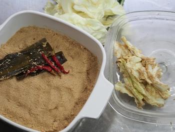 ぬか床が発酵するための栄養分や、適度な水分を補充するために大切な捨て漬け野菜。キャベツの外葉や、にんじんや大根の皮、大根の茎の付け根や根っこ部分、白菜の芯などを使います。