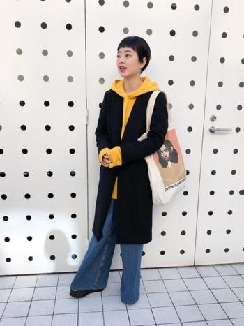 パーカー×コートの着こなしをちょっぴり個性的に楽しむなら、ビビッドカラーのパーカーもおすすめです。フードや袖を覗かせて、シックになりがちな秋冬コーデに差し色のスパイスを。