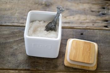 同じく、野菜から出た水分でぬか床が水っぽくなると、塩分の濃度も変わってしまいます。なのでゆるくなった際、新たに「ぬか」と「塩」を足してあげる方法も◎。