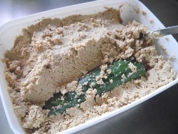 ぬか漬け自体がしょっぱい場合は、食材を長期間漬けたことが原因ですが、ぬか床自体がしょっぱくなった場合は、塩分濃度が高いと乳酸菌の活動も抑制され、余計にしょっぱくなるので、塩分を取り除くのが◎。