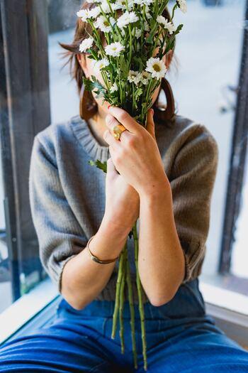 """わたしたちは暮らしの中でさまざまな人と関わり合い、たくさんのモノに囲まれて生きています。「執着」という言葉は""""一つのことに心をとらわれて、そこから離れられないこと""""を意味します。「○○が無いと幸せになれない」と、人やモノの存在に捉われすぎてしまってはいませんか?"""