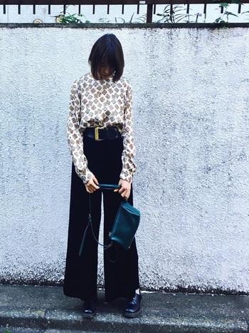 ユニクロのベロアパンツに古着の柄シャツを合わせたスタイル。ベロアパンツはヴィンテージライクなアイテムとの相性が抜群。大きなバックルのベルトが効いた70年代風コーデです。