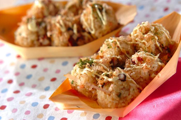 ピクニックにたこ焼き?いいえ、これはおにぎりです!  マヨネーズとかつお節で、味も見た目もまるでたこ焼き。ちょっとドッキリする遊びゴコロ満載のレシピです。一口サイズなので小さいお子さまのおやつにもピッタリ。