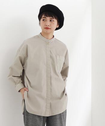 襟が帯(バンド)になっているバンドカラーシャツは、カジュアルにもキレイめにも着ることができる万能シャツ。ベレー帽をプラスするだけで、秋らしい着こなしに♪