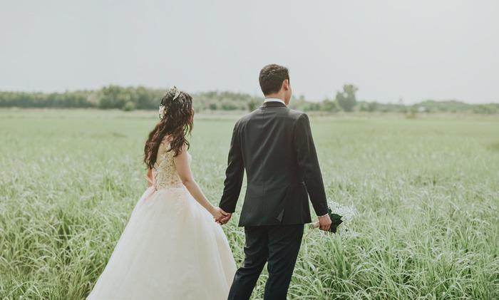 結婚祝いの場合、直接渡したいからと言って挙式当日に手渡しするのはNG。荷物が増えて負担をかけてしまうので避けましょう。また、挙式直後はハネムーンに行くことが多いため、こちらもおすすめできません。挙式の1週間前までに渡すのがベストです。