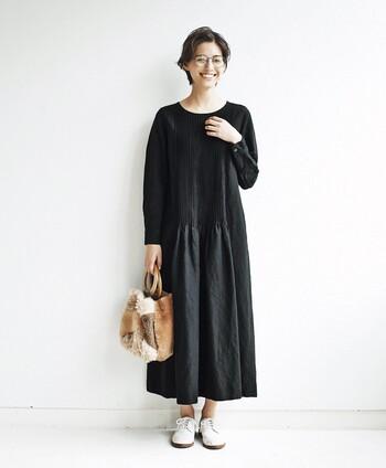 ワンピースといえば、裾に向かって広がっていくAラインのシルエットが定番になっている人も多いはず。センターに細いタックが入ったデザインは、さりげなくも女性らしいアクセントに!