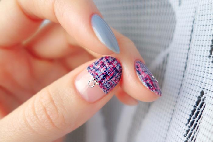 ホワイトの「+」を描いたあと、ピンクやネイビーが足りないなと思ったら、上から足して隙間を埋めるのもOKです。親指は面積が広いため、ハーフフレンチや丸フレンチにすると、より楽に描けます。