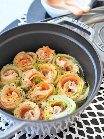 野菜と豚肉を一緒にくるっと巻くだけで食べやすく、見た目もおしゃれに♪白菜は巻きやすいようレンジで加熱しておくのがポイント。キャベツなど他の葉野菜でアレンジも楽しめそう。