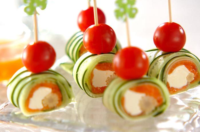 スライスしたきゅうりを使って作る前菜。一つ一つ巻いてもOKですが、こちらは巻きすにスライスきゅうりを並べて 、他の具材と一緒にくるくると巻いていく巻き寿司風。オレンジ・グリーン・白の彩りもとっても鮮やか♪ミニトマトと一緒にピックで刺せばつまみやすい上、おもてなしの前菜にもぴったり。