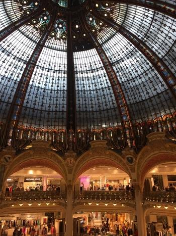 ドーム型の天井が美しく荘厳な建築物です。