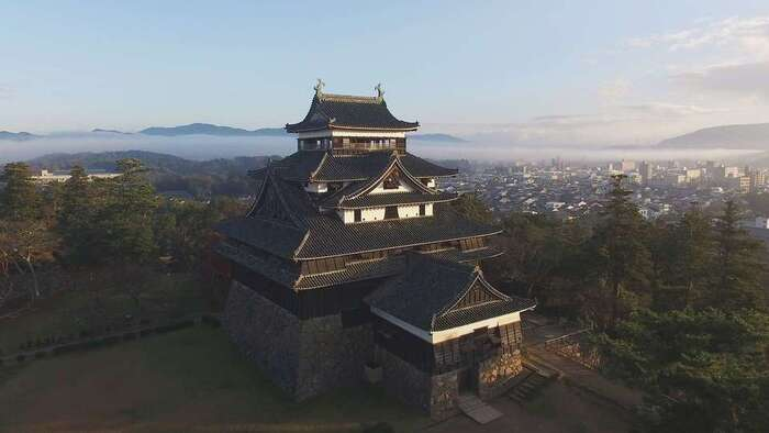 「島根県立美術館」から30分ほど歩くと、松江の街中を通り、シンボル的存在の「松江城」へ。実は松江は、城下町なんですよ。  「松江城」には見事な水堀があり、400年以上の時を見つめる現存天守は、国宝です。(ちなみに日本での現存天守は12とされています)  実は、その松江城の楽しみ方は、大きく二つ。一つめは、最上階からの眺望など、天守閣での体験を楽しむこと。もう一つは・・・次でご紹介する、堀川めぐりです。
