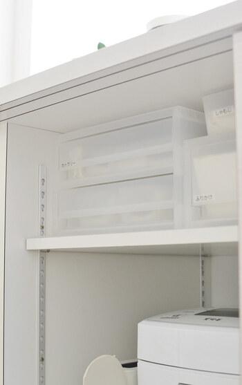 薄い引き出しタイプを使えば、使いやすい場所にカトラリーケースをセットすることができます。配膳と洗い物の動線をよく考えて設置するといいですね。