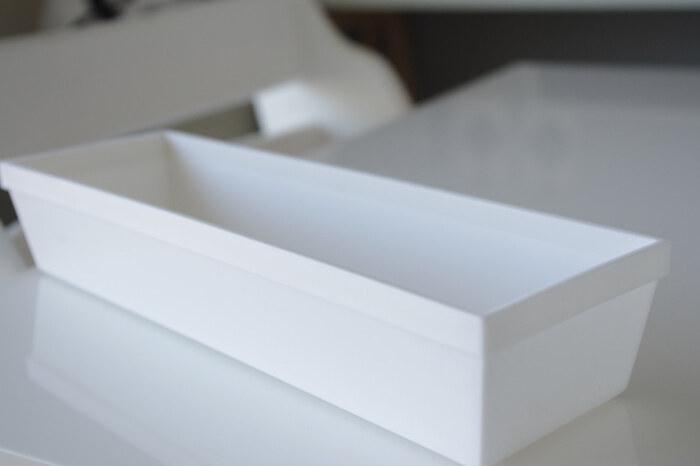 小さめのカトラリーケースをいくつか使って、引き出しを整理したいときには、100均アイテムをチョイスすれば、一気に数を揃えるのも簡単です。