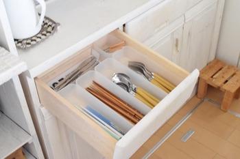 カトラリーケースとしてよく使われるアイテムのひとつに整理ボックスがあります。こちらは、角が丸みを帯びているので、細かなところまで掃除しやすいんですよ。
