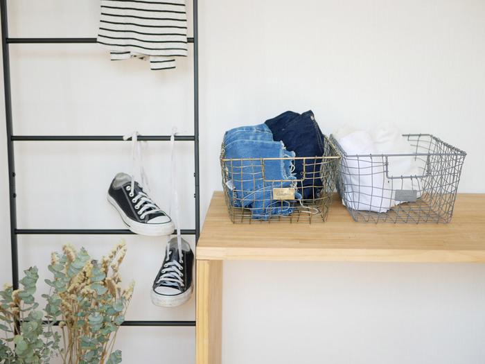 一人暮らしならまだしも、家族全員の洗濯物をたたんで片付けるのは相当な労力が必要ですよね。それならば、たたまない選択もあり。ハンガーポールに吊るす、カゴに丸めて放り込む収納でもいいのです。外出着やおしゃれ着以外の、タオルや部屋着、下着などは、くるっと丸めるだけでも問題ありません。