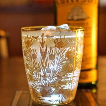 お店では、バカラやラリックなどのアンティークグラスが使われています。オーナーバーテンダーが、ひとつずつ集めたという歴史あるグラスは、その美しさにうっとり。