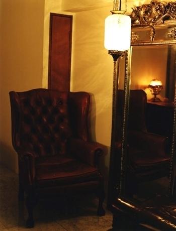 照明を落とした店内は、アンティークショップのような重厚な雰囲気。ランプやソファ、鏡などもアンティークにこだわっているんですよ。