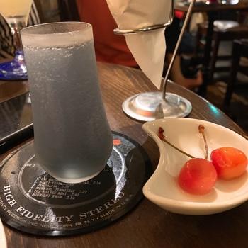 月光荘の名付け親、与謝野晶子さんが「許したまへあらずばこその今の我が身 うすむらさきの酒美しき」と詠んだのは、このカクテルではないかと言われています。その名も「与謝野ブルームーン」。バイオレットリキュールとレモンの酸味、ジンの風味が格別で、バーの名物です。