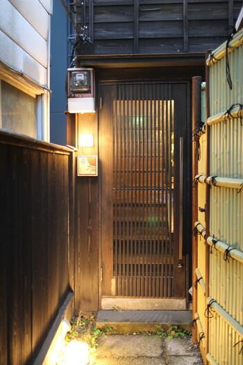 しっとり和の空間でお酒を楽しみたい方は、神楽坂の「和酒BAR風雅」に足を運んでみませんか?お店の場所は大久保通りから細い路地に入った突き当り。築70年の民家をリノベーションした趣ある建物は、隠れ家ムード満点です。
