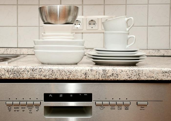 食事が終わった後にまたひと仕事となるのが、食器洗いですよね。食器洗いだけでなく、コンロやシンクの掃除もしなければならず、終わるころにはクタクタになっていませんか。洗濯物は洗濯機に任せるのと同じように、食事の後片付けも食器洗い乾燥機にお任せすればいいのです。いかに自分でしないかを考えれば、機械に任せるのが合理的だと思いませんか。