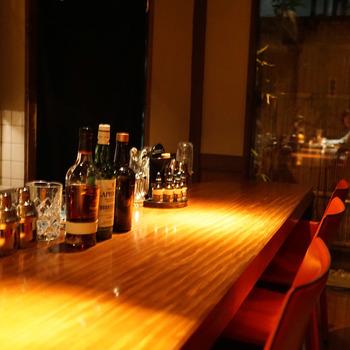 お店に入って目に留まるのが、1枚板のカウンター。静かにお酒を楽しみたい方にぴったりの特別席です。