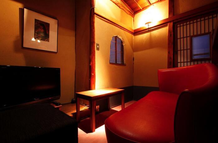 2階には個室も。障子や和紙の壁紙がステキで、間接照明もいい雰囲気です。しっとり語らいたい日やデートにも良さそう。