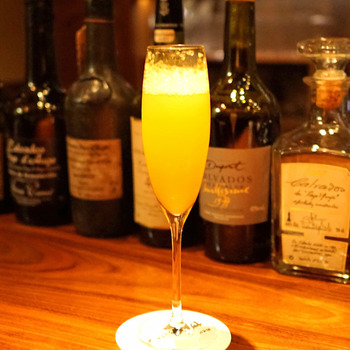 女性に人気なのがフレッシュフルーツを使ったオリジナルのカクテル。こちらは「デコポンとシャンパンのカクテル」で、爽やかな香りが上品な味わい。