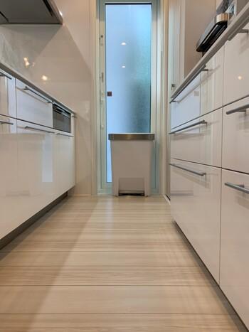 玄関マット、キッチンマット、トイレマット……家じゅうのあちらこちらにマット類を敷いていませんか。床が汚れないようにするためのものですが、結局マット自体を洗わなければ不衛生になるという矛盾が。マット類は敷かず、床が汚れたらそのつどサッと拭くだけにすれば、洗濯物も大幅に減らせます。