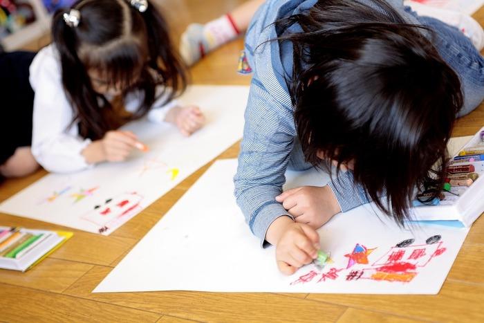 幼稚園や保育園で作ってきた作品、母の日や父の日のお絵描きや、ママへのかわいいお手紙など・・・。溢れる想像力が形になった作品たちは、その瞬間ならではの視点や成長が刻まれた最高の思い出の数々ですよね。  ぜひ記録として残しておきたいけれど、形状や種類も様々で…保管スペースや収納方法に頭を抱えがち。