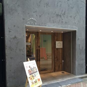 日本橋駅から歩いて2~3分、東京駅から10分ほどのところにある「わたす日本橋」は、東日本大震災復興支援の一環として、2015年にオープンしたお店。宮城県南三陸町をはじめ、東北食材を使ったお料理が楽しめます。