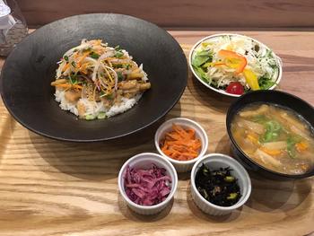 人気の「わたすランチ」は、3週間ごとにメニューが替わります。メインは3種類の中からセレクトし、さらにお惣菜が3品とごはん、お味噌汁とドリンクがセットでボリューム満点。