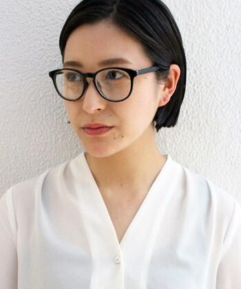 しっとりとした質感の重めのショートには、眼鏡もくっきりとした黒縁の眼鏡を合わせて。フレームは丸みのあるもので尻上がりでないデザインを選べば、優しい印象に見えます。