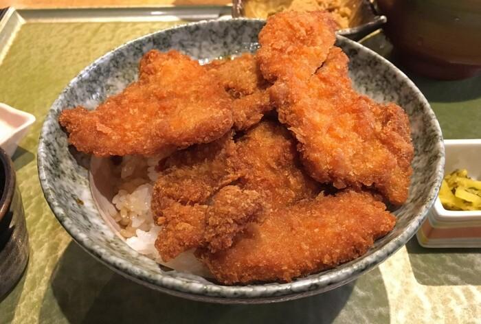 新潟のB級グルメもいただけます。薄めのとんかつを甘辛いお醤油ダレにくぐらせた「タレカツ丼」は、衣も薄くサクッと食べやすいので、ぜひ一度ご賞味ください。