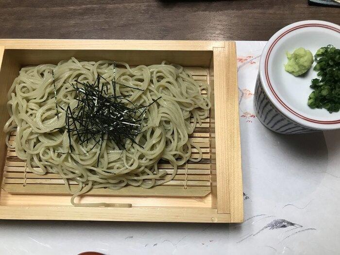 新潟のお蕎麦といえば「へぎそば」。つなぎに海藻(ふのり)を使っているのが特徴で、つるっとしたのど越しの良さが魅力。磯の香りと弾力のある食感で、そば通も納得のおいしさです。