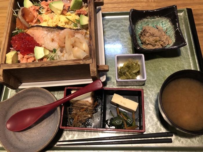 日本海の幸を楽しみたい方は「塩引き鮭と蒸し海老・すじこの海鮮チラシ」がおすすめ。米どころ・新潟のふっくらごはんと鮭と筋子の塩気がたまりません。