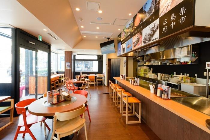 50席ほどの店内は、鉄板前のカウンター席やテーブル席などカジュアルな雰囲気で、サラリーマンや家族連れにも人気です。