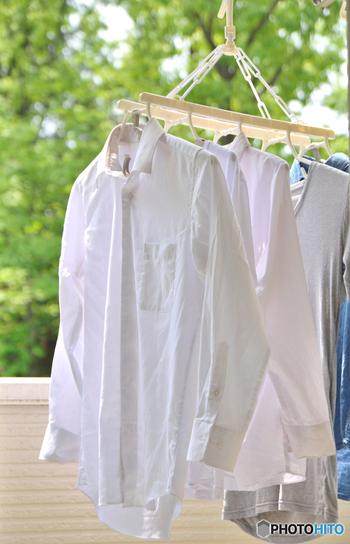 すすぎが足りない洗濯物を外干しして日光に当てると、黄ばみの原因となる事も。特に夏は紫外線が強いので、変色が起きやすくなります。 水や洗濯物に対して使用量は適切かチェックすると共に、すすぎ一回でOKの物でもすすぎ二回のコースにしてみるなど、洗濯の方法を見直したり、陰干しにする事で黄ばみを防げます。