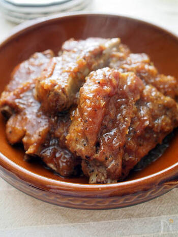 スペアリブの味付けに、余りがちな焼肉のたれを使うのもおすすめです。片栗粉をまぶしてとろみをつけて、ほろほろ柔らかな絶品おかずに。