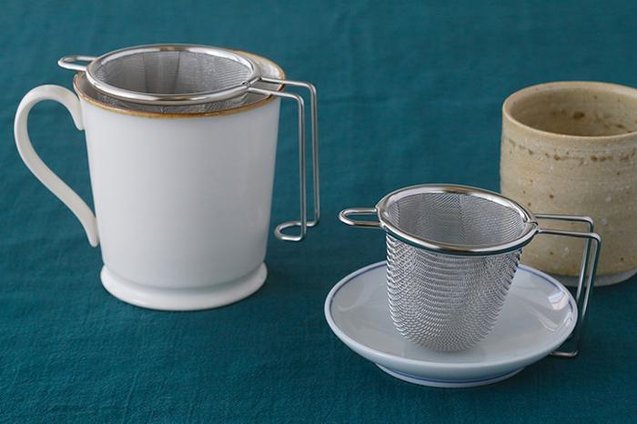 カップにストンと入る機能的で美しい深型茶こしです。ステンレス製だから、衛生的で丈夫で長持ち。網の部分は二重構造になっているので、茶葉がすり抜けにくくなっています。大小2サイズあるから、毎日使うコップに合わせて選びたい。