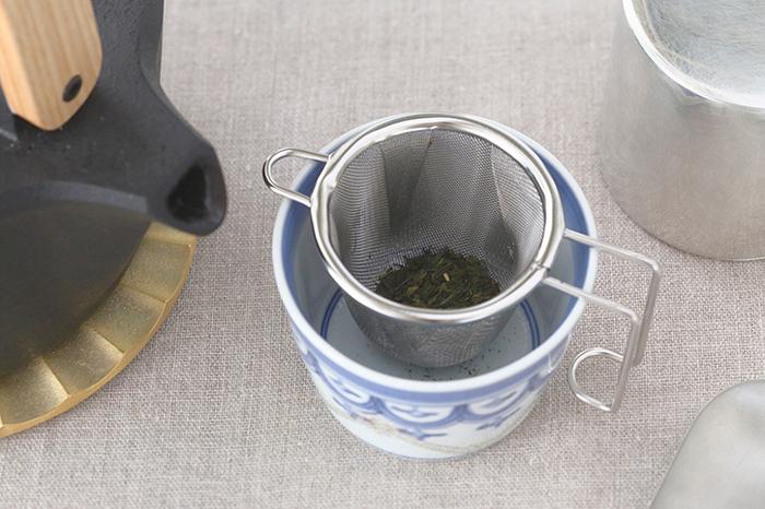 使い方は簡単。お好みの茶葉を茶こしに入れたら、コップにセットするだけ。ティーバッグ感覚で気軽に使えます。洗う時は他の食器や調理器具と同じように洗剤で洗います。茶渋が気になったら漂白剤に漬けたり、クレンザーを使う、レモンの切れ端で擦るなどするとスッキリします。