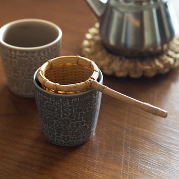 お茶を楽しむのにポットは必ずしも必要とは限りません。機能的な茶こしがあれば、本格的なティータイムを楽しむことができます。ティーバッグやインスタントでは味わえない時間を、茶こし一つで叶えよう。