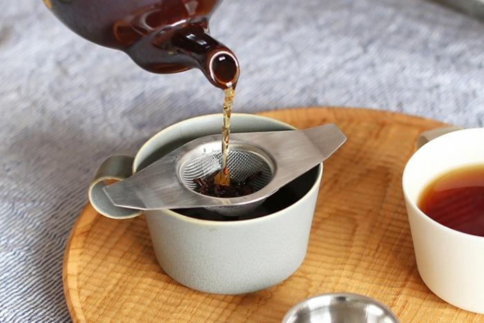 取っ手の細いシングルハンドルの他、カップの両側に掛けるダブルハンドルのデザインもあります。どちらも受け皿が付いていて、お茶を入れた後にはスッキリと片付けられるのもポイントです。