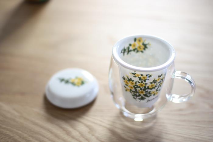 シンプルな耐熱ガラス製のコップに華やかな有田焼の茶こしが付いたマグです。蓋も同じデザインで、お茶を抽出した後は裏返した蓋に置いておくことが可能です。