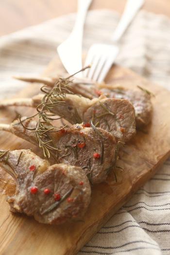 ラム肉の下味にローズマリーの葉を使い、オーブンで焼く時にもローズマリーを乗せて焼くので、香りがしっかりとつくラムチョップのレシピ。おもてなし料理にぴったりの一品です。
