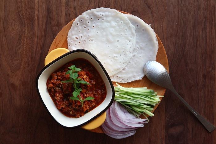 米粉で作ったトルティーヤで具材を巻いて食べるタコスのレシピ。タコスミートにオレガノを混ぜているので、ひき肉のくさみを消し、食べやすくなります。トルティーヤは市販のものを使って手軽に済ませても◎