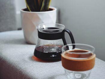 お茶の要領でポットに直接コーヒーの粉を入れたら、お湯を注いで抽出します。お好みの濃さになったら茶こしを通してカップへ注ぎます。細かな粉が底に残るので、気になる人は粗挽きを選んだり、編み目の細かい茶こしを選んでみて。